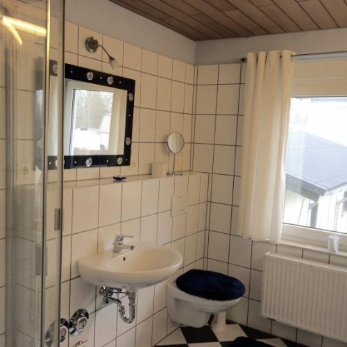 Waschbecken und zweite Toilette im Bad